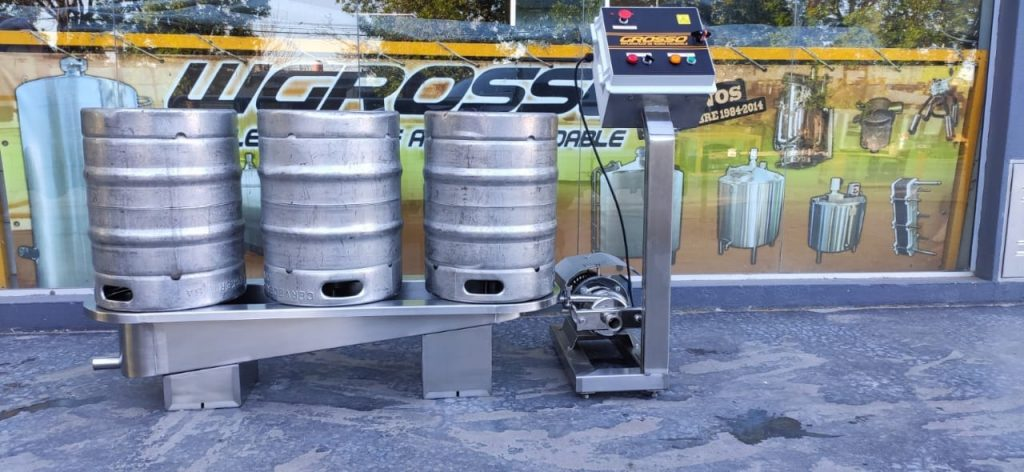 Washer and rinser of semi-automatic beer barrels